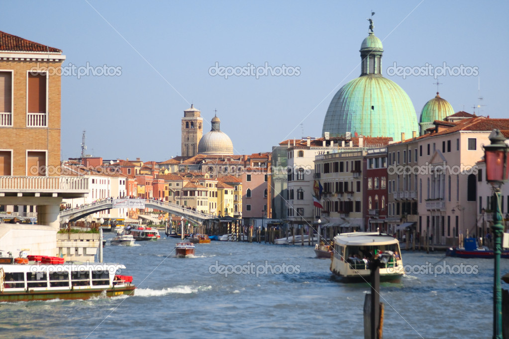 View of boats on the waterway with the dome of Santa Maria Della Salute behind. — Stock Photo #8045509