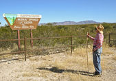 A Hiker at the Murray Springs - Clovis Trailhead — Stock Photo