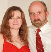 Um de meia idade casal em vermelho — Fotografia Stock