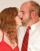 Una mezza età sposato coppia baci — Foto Stock
