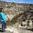 A Woman Hikes in Walnut Canyon, Arizona — Stock fotografie