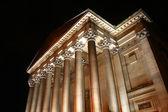 Oświetlony w nocy, saint george w wielkiej sali, w liverpoolu, jest e — Zdjęcie stockowe