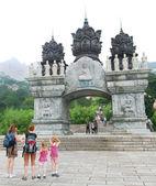 Un arco ornamental en un sendero de lao shan — Foto de Stock