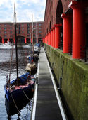 A line of boats await their masters at the Albert Dock, Liverpool, in Engla — Stock Photo