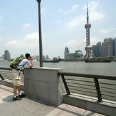 A Man Photographs the Oriental Pearl TV Tower — Stock Photo