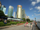 A Family Sightsees in Pudong, Shanghai, China — Stock Photo