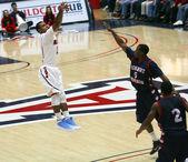 Ламонт Джонс стреляет в Аризоне баскетбол игра — Стоковое фото