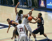 A Battle for the Ball in an Arizona Basketball Game — Stock Photo