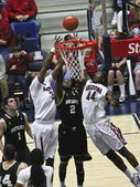 A Battle for Rebound by Arizona Wildcats Parrom and Hill — Stock Photo