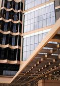 Un modèle de fenêtres et bois — Photo