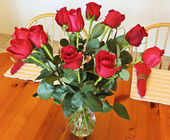 A Dozen Red Roses in a Crystal Vase — Stock Photo