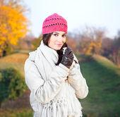Mulher bonita desfrutando no parque — Fotografia Stock