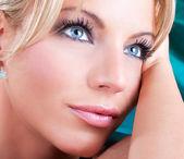 Cerrar retrato de hermosa mujer adulta con ojos azules — Foto de Stock