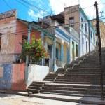 dlouhé padre pico pouliční staps s sešlé domy v Santiagu de cuba — Stock fotografie