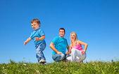 Lycklig familj på picknick — Stockfoto