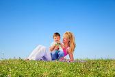 Madre e hijo divirtiéndose en el día de verano — Foto de Stock