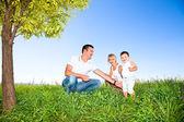 Lycklig familj på picknick i parken — Stockfoto
