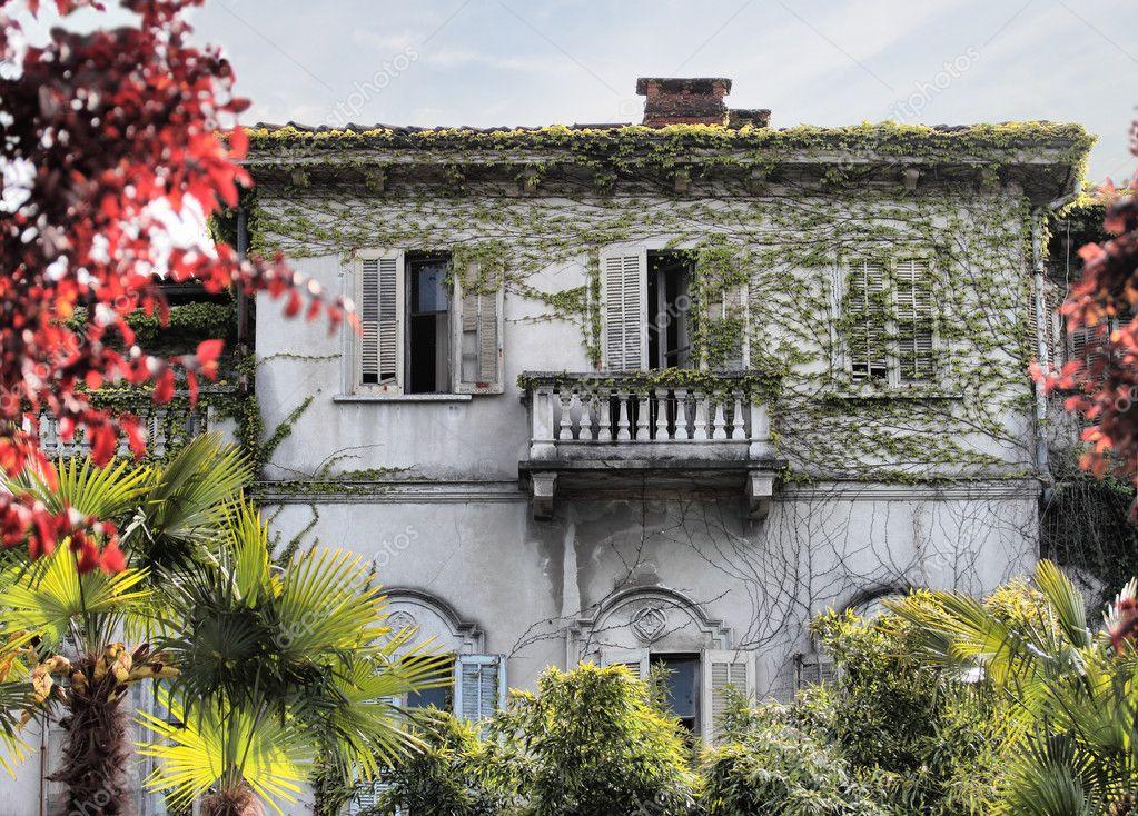 Casa abbandonata foto stock marcovarro 10722815 for Piani di conservazione vittoriana