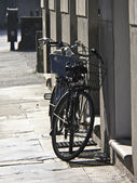 Classic Bycicle parked against a wall — Stock Photo