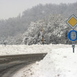 Stockfoto: Road sign reminding drivers to use tire chains in case of snow
