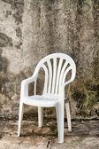 Weiße kunststoff-stuhl — Stockfoto