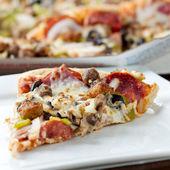 切片的上板与 pereroni 和黑橄榄披萨 — 图库照片