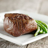 Sirloin steak with green beans — Stock fotografie