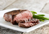Sirloin steak with green beans — Stok fotoğraf