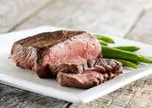 Sığır filetosu biftek yeşil fasulye ile — Stok fotoğraf