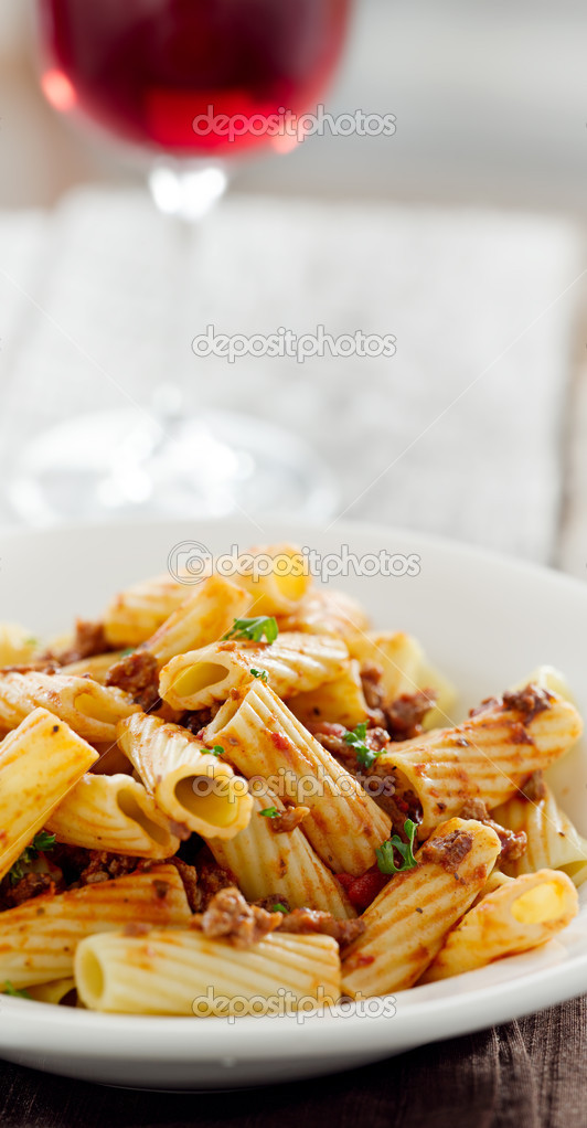 rigatoni nudeln mit tomatenso e fleisch und wein stockfoto resnick joshua1 8630031. Black Bedroom Furniture Sets. Home Design Ideas