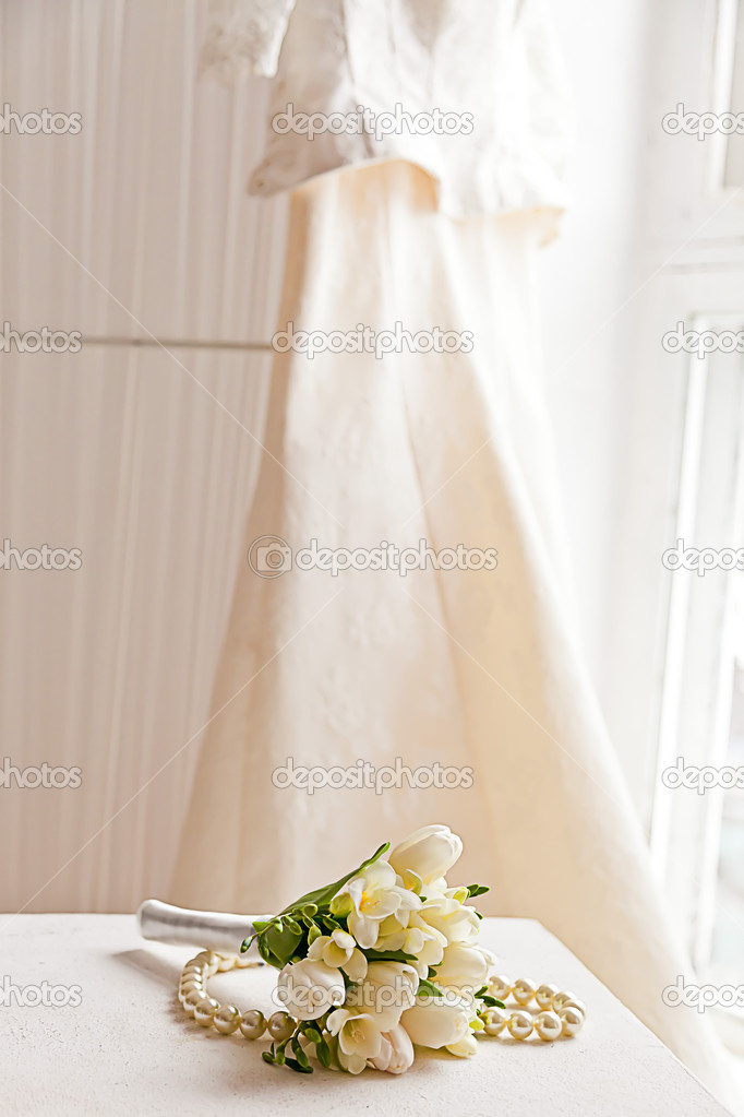 Wedding bouquet with pearl necklace and wedding dress — Stock Photo #10445921