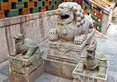 Chinese guardian lion and two tirtles — Stock Photo