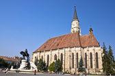 Staty av matthias corvinus och st. michael's church. — Stockfoto
