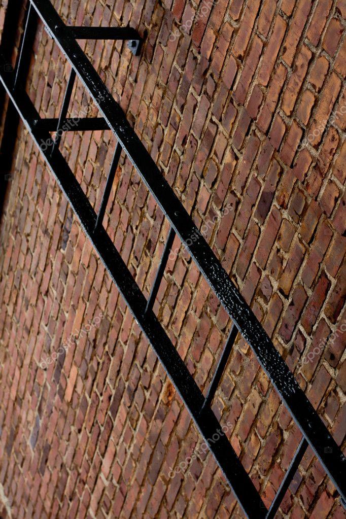 une chelle m tallique sur le mur de briques photographie deepwrecks 9050207. Black Bedroom Furniture Sets. Home Design Ideas