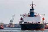 Velké lodi a remorkér asistence. — Stock fotografie