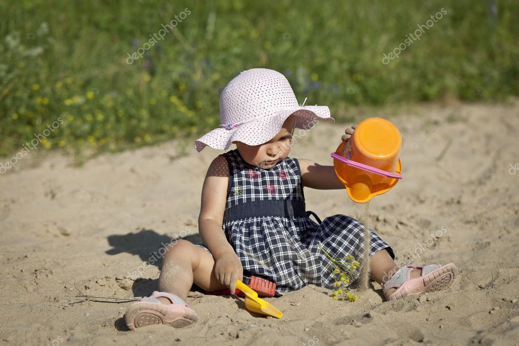 A little girl playing in sand. — Stock Photo #8294167
