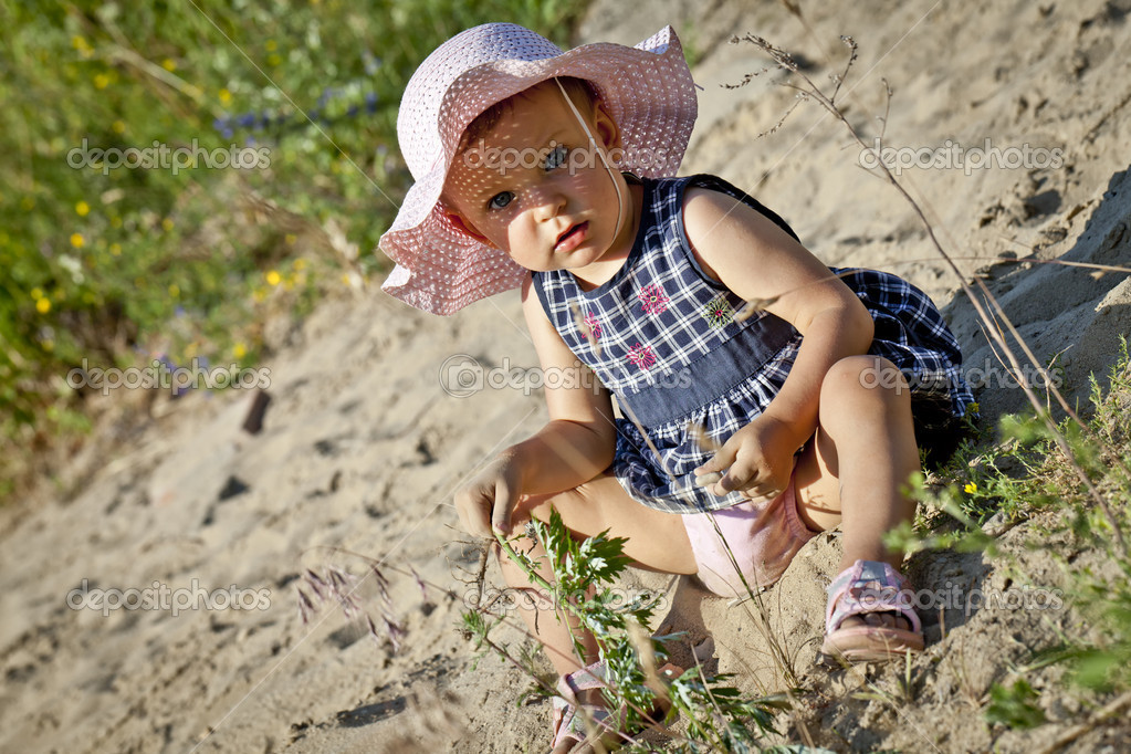 A little girl playing in sand. — Stock Photo #8294172