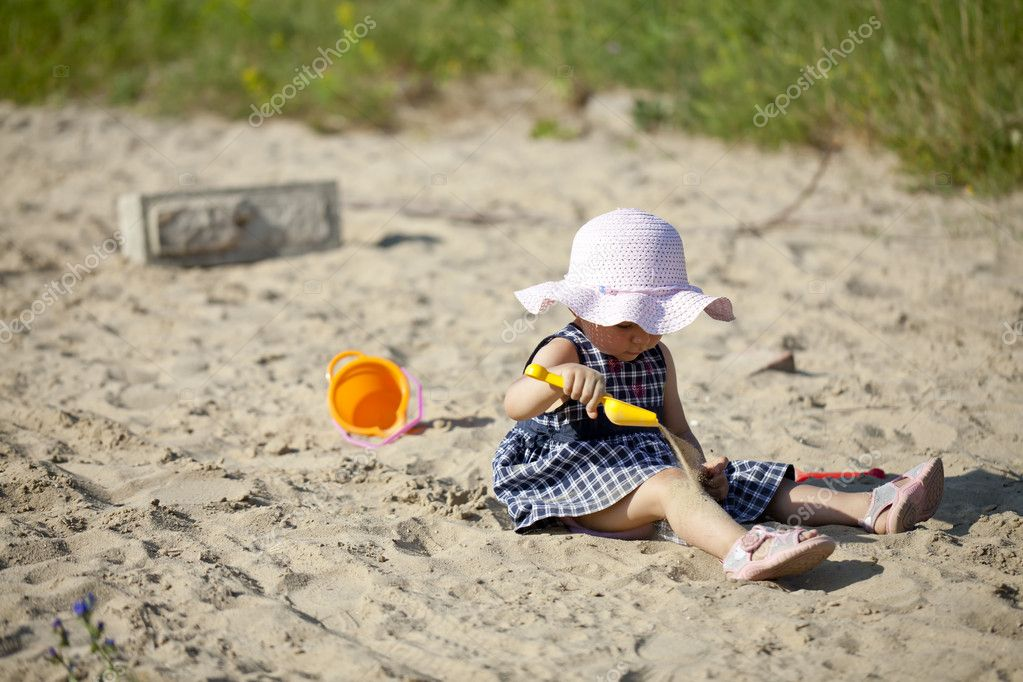 A little girl playing in sand. — Stock Photo #8294178
