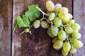 Uvas sobre fondo de madera — Foto de Stock