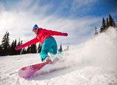 Snowboarder springen door lucht met diepblauwe lucht op achtergrond — Stockfoto