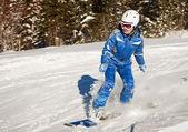 Snowboarder doen een teen kant snijden met diepblauwe lucht op achtergrond — Stockfoto
