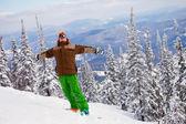 Snowboarder op de berg met zijn armen aan de orde gesteld — Stockfoto
