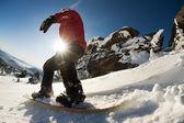 滑雪板做脚趾侧刻与深蓝色背景中的天空 — 图库照片