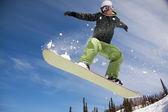 滑雪跳跃穿过空气森林在背景中 — 图库照片