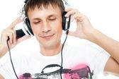 Onun müzik keyfi kulaklık ile gülümseyen adam — Stok fotoğraf