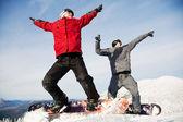 快乐滑雪队在冬天山 — 图库照片