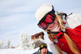 Joven sonriente feliz en montaña — Foto de Stock