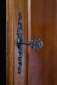 Vieja llave en una cerradura de puerta — Foto de Stock