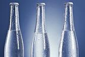 Soda flaskor med lock och vattendroppar — Stockfoto