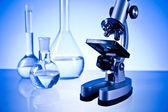 Verrerie de laboratoire et microscope — Photo